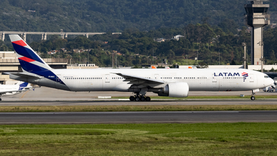A picture of PTMUC - Boeing 77732W(ER) - LATAM Airlines - © Felipe Oliveira - oliver_spotting
