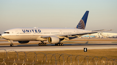A picture of N211UA - Boeing 777222 - United Airlines - © Alexander Owen