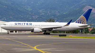 A picture of N657UA - Boeing 767322(ER) - United Airlines - © Alonso Cisneros