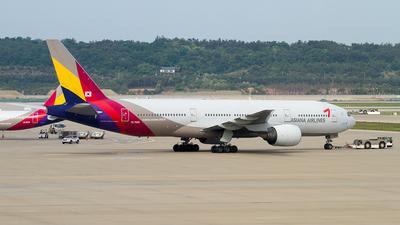 HL7500 - Boeing 777-28E(ER) - Asiana Airlines