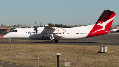 A picture of VHTQH - De Havilland Canada Dash 8300 - QantasLink - © Hon Kit