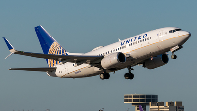 N16713 - Boeing 737-724 - United Airlines