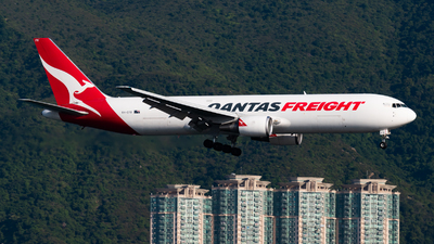 A picture of VHEFR - Boeing 767381F(ER) - Qantas - © Lam Yim - Skies of Pearl