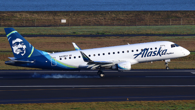 A picture of N403SY - Embraer E175LR - Alaska Airlines - © Zihaoo W & Donny H Photography