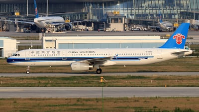 A picture of B6552 - Airbus A321231 - China Southern Airlines - © Zhou Bodian