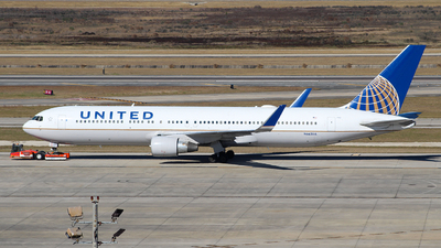 A picture of N662UA - Boeing 767322(ER) - United Airlines - © Javier Vera
