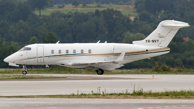 A picture of YRNVY - Bombardier Challenger 300 - [20402] - © Łukasz Stawiarz