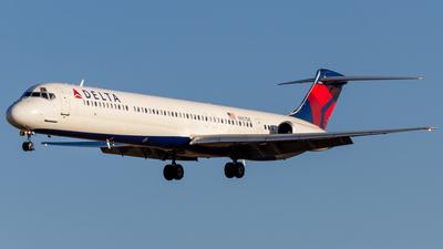 A picture of N907DE - McDonnell Douglas MD88 - [53416] - © Elliott F Martin