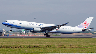 A picture of B18355 - Airbus A330302 - China Airlines - © Huang Chengjen