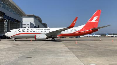 B-5550 - Boeing 737-86N - Shanghai Airlines