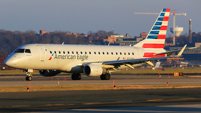 A picture of N127HQ - Embraer E175LR - American Airlines - © Hongming Zheng