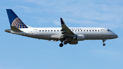 A picture of N207SY - Embraer E175LR - United Airlines - © Yixin Chen