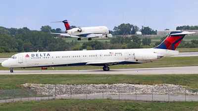 A picture of N933DL - McDonnell Douglas MD88 - [49720] - © Sam Thomas