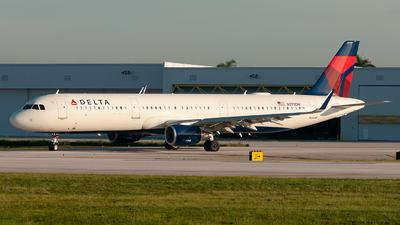 A picture of N370DN - Airbus A321211 - Delta Air Lines - © Mark Lawrence