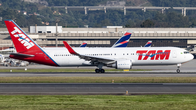 A picture of PTMOB - Boeing 767316(ER) - LATAM Airlines - © Felipe Oliveira - oliver_spotting