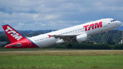 A picture of PRMHI - Airbus A320214 - LATAM Airlines - © Elyel Natã de Oliveira