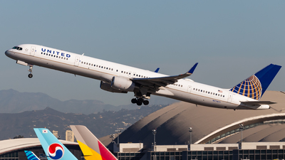 N77871 - Boeing 757-33N - United Airlines