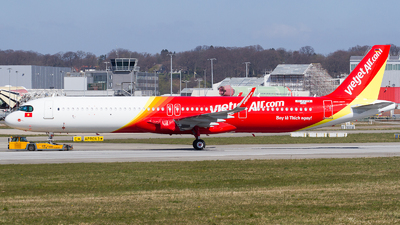 A picture of DAVYO - Airbus A321 - Airbus - © RobertLN