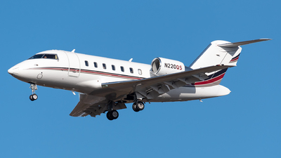 A picture of N220QS - Bombardier Challenger 650 - NetJets - © Evan Dougherty