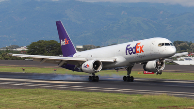 A picture of N936FD - Boeing 7572T7(SF) - FedEx - © Kenneth Mora Flores