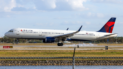 A picture of N384DN - Airbus A321211 - Delta Air Lines - © John Mageropoulos