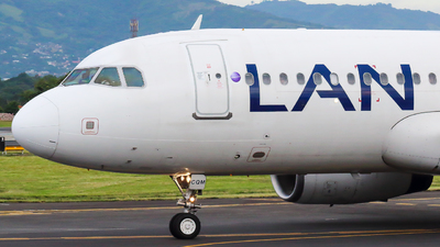 A picture of CCCQM - Airbus A320233 - LATAM Airlines - © Alexis Navarro