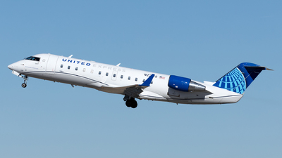 A picture of N221PS - Mitsubishi CRJ200LR - United Airlines - © Yixin Chen
