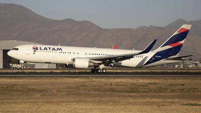 A picture of CCCXH - Boeing 767316(ER) - LATAM Airlines - © Claudio Pérez