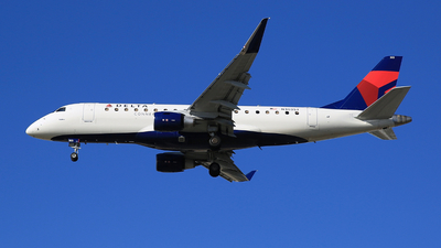 A picture of N303SY - Embraer ERJ175LL - Delta Air Lines - © Jonathan Kang