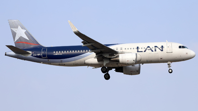 A picture of CCBFJ - Airbus A320214 - LATAM Airlines - © Juan Manuel Temoche - SPJC Spotter