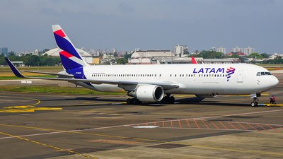A picture of PTMOD - Boeing 767316(ER) - LATAM Airlines - © Calebe