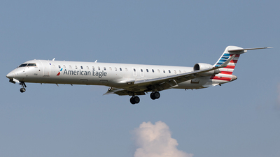 A picture of N562NN - Bombardier CRJ900LR - American Airlines - © Yixin Chen