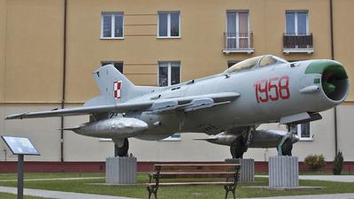 908 - Mikoyan-Gurevich Mig-19PM Farmer D - Poland - Air Force