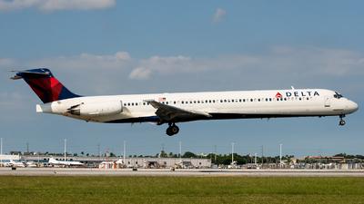 A picture of N930DL - McDonnell Douglas MD88 - [49717] - © Julian Klein