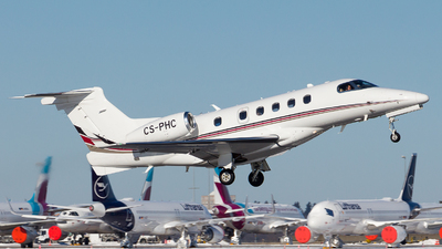 A picture of CSPHC - Embraer Phenom 300 - NetJets - © Chr Pe