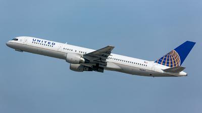 A picture of N561UA - Boeing 757222 - [26661] - © Kim Vanvik