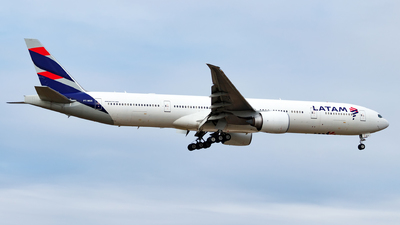 A picture of PTMUD - Boeing 77732W(ER) - LATAM Airlines - © Oliver Richter
