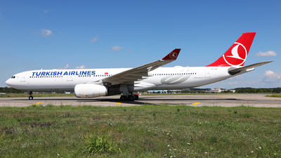 A picture of TCLOE - Airbus A330343 - Turkish Airlines - © Marin Ghe.