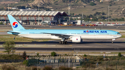 HL8208 - Boeing 777-3B5ER - Korean Air