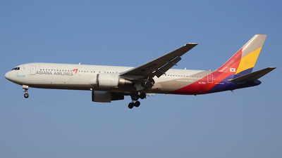 A picture of HL7514 - Boeing 76738E - Asiana Airlines - © Yueh Cathay
