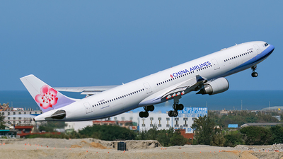 A picture of B18352 - Airbus A330302 - China Airlines - © Huang Chengjen