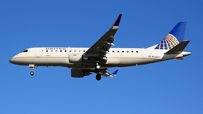 A picture of N124SY - Embraer E175LR - United Airlines - © Jonathan Kang