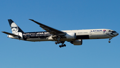 A picture of PTMUA - Boeing 77732W(ER) - LATAM Airlines - © Kyan Rossignol