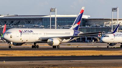 A picture of CCCXD - Boeing 767316(ER) - LATAM Airlines - © Carlos P. Valle C.