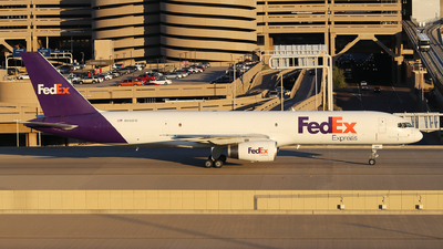 A picture of N956FD - Boeing 757236(SF) - FedEx - © XueQing