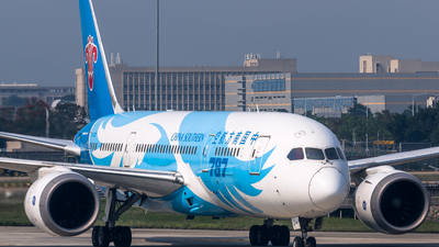 A picture of B2732 - Boeing 7878 Dreamliner - China Southern Airlines - © ChaleLu
