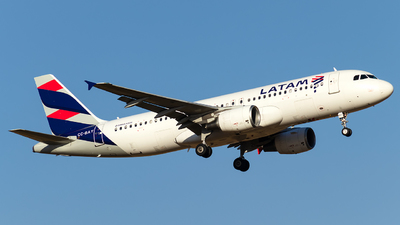 A picture of CCBAY - Airbus A320214 - LATAM Airlines - © Juan Guillermo Pacheco S.-