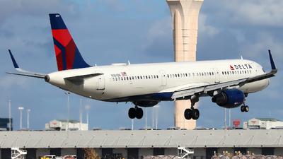 A picture of N304DN - Airbus A321211 - Delta Air Lines - © Xiamen Air 849 Heavy