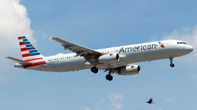A picture of N557UW - Airbus A321231 - American Airlines - © Lorenzo P