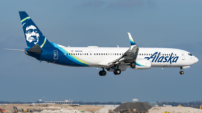 A picture of N214AK - Boeing 737990(ER) - Alaska Airlines - © bill wang